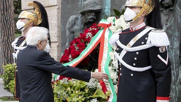 Il presidente della Repubblica Sergio Mattarella depone una corona di fiori ai caduti del Lavoro per il Primo Maggio - Sputnik Italia