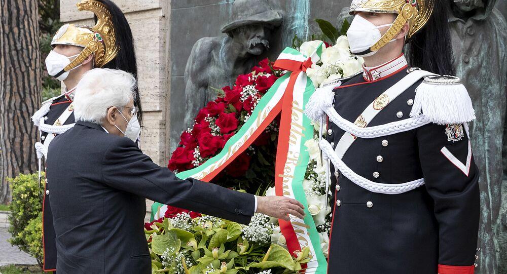 Il presidente della Repubblica Sergio Mattarella depone una corona di fiori ai caduti del Lavoro per il Primo Maggio