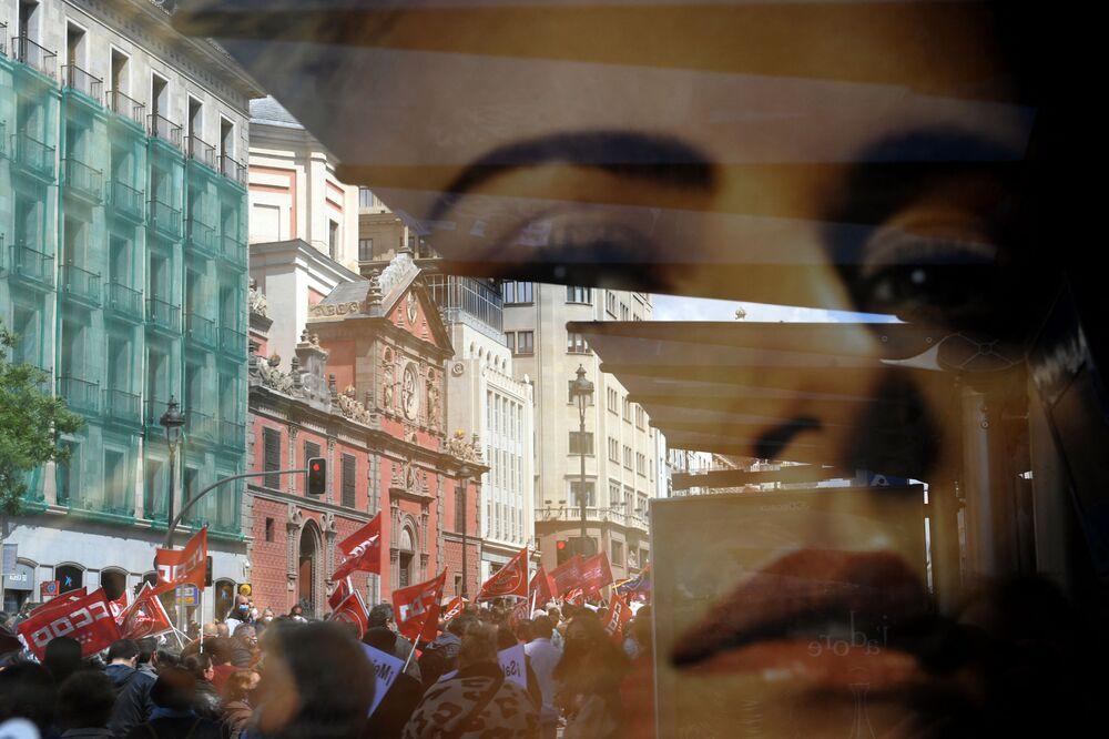 Sventolio di bandiere durante una manifestazione in occasione della Giornata internazionale del Lavoro a Madrid, Spagna
