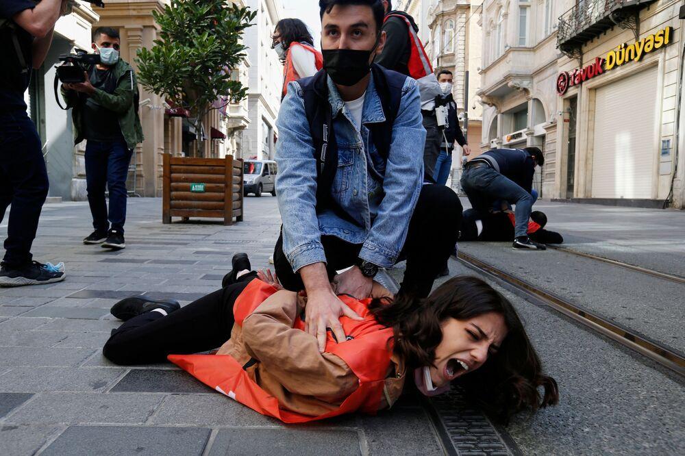 Gli agenti della polizia in borghese fermano i manifestanti che hanno violato il lockdown a Istanbul, Turchia