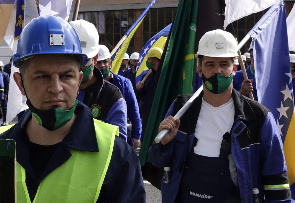 I minatori con bandiere bosniache partecipano a una marcia in occasione della Giornata internazionale del Lavoro a Sarajevo, Bosnia