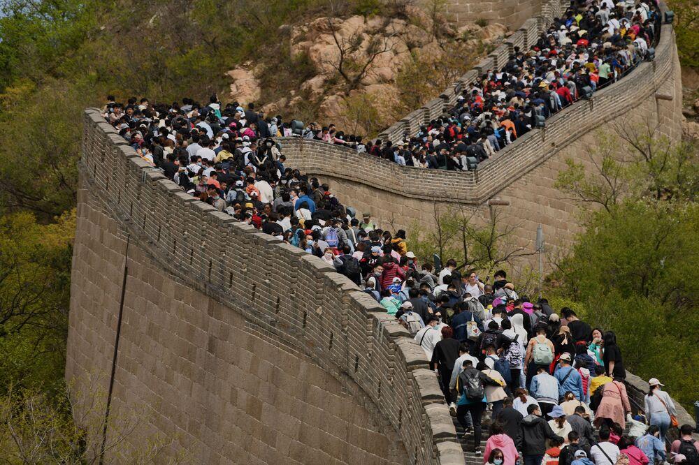 Le persone visitano la Grande Muraglia Cinese durante la Giornata del Lavoro a Pechino, Cina