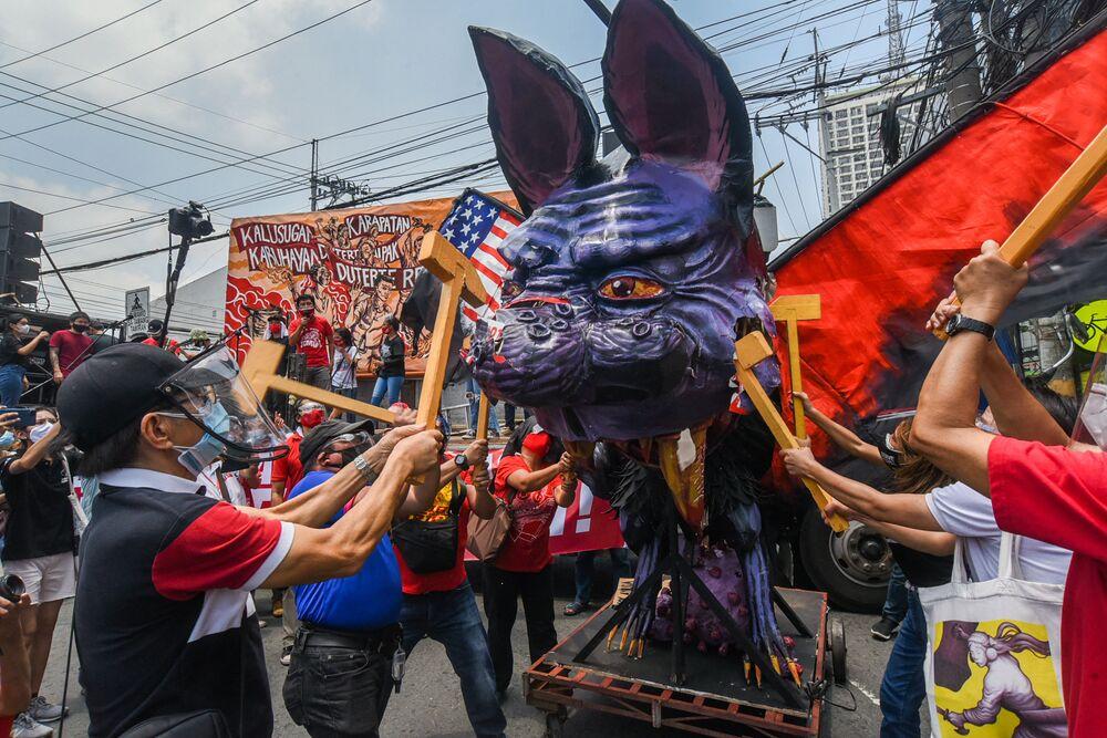 I manifestanti distruggono un fantoccio del presidente filippino Rodrigo Duterte durante una protesta in occasione della Giornata internazionale del Lavoro a Manila, nelle Filippine