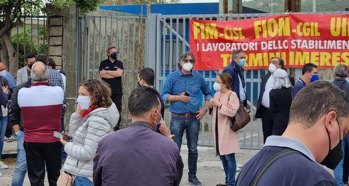 Il primo maggio i lavoratori Blutec hanno protestato con un presidio davanti ai cancelli dello stabilimento di Termini Imerese per chiedere soluzioni alla vertenza che dura da dieci anni.