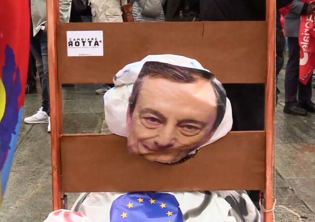 Corteo del primo maggio a Torino, ghigliottina ad un fantoccio di Draghi