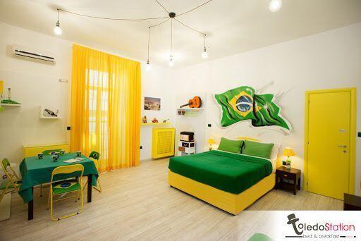 Una stanza con la bandiera brasiliana nel B&B Toledo Station di Napoli