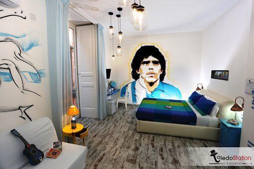 Una stanza con il ritratto di Maradona nel B&B Toledo Station di Napoli