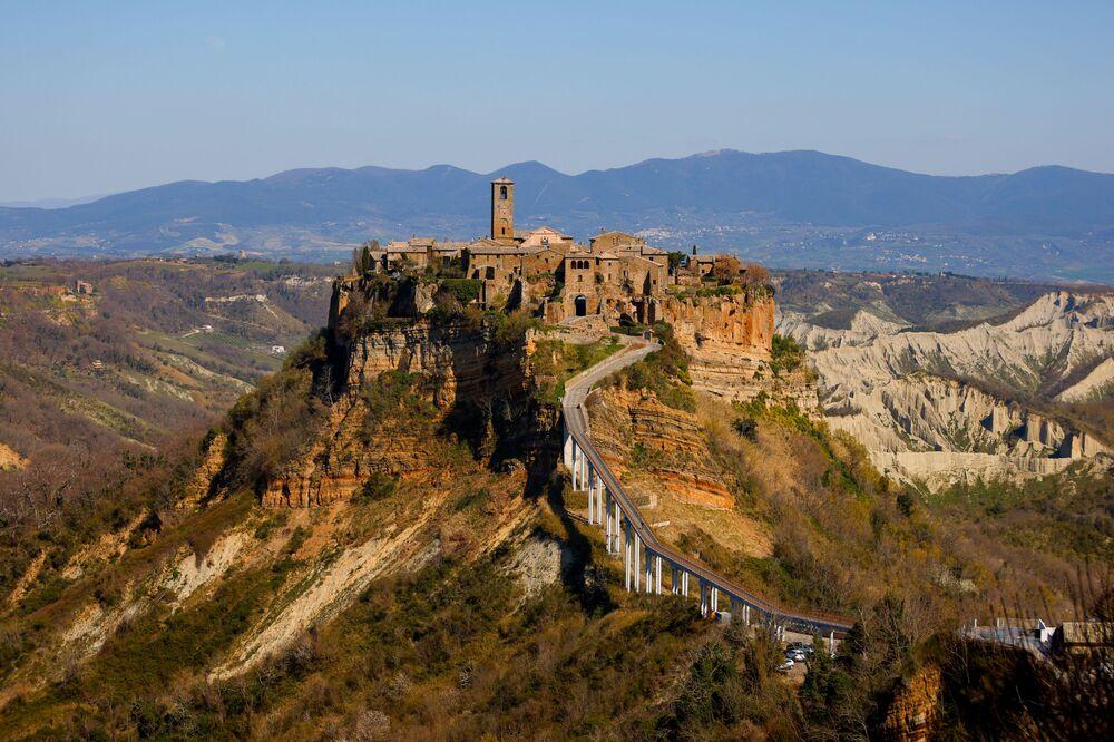 Vista su Civita di Bagnoregio, conosciuta come la città che muore a causa della sua posizione su un colle destinato a crollare a causa dell'erosione