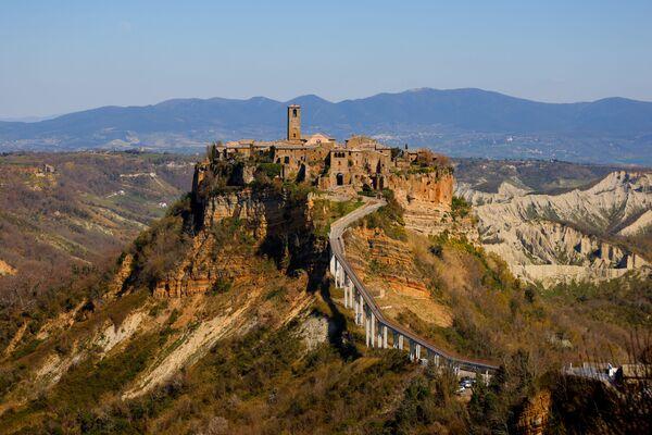 Vista su Civita di Bagnoregio, conosciuta come la città che muore a causa della sua posizione su un colle destinato a crollare a causa dell'erosione - Sputnik Italia