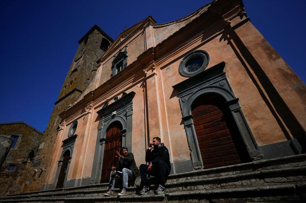 Le persone sui gradini della chiesa di Civita di Bagnoregio