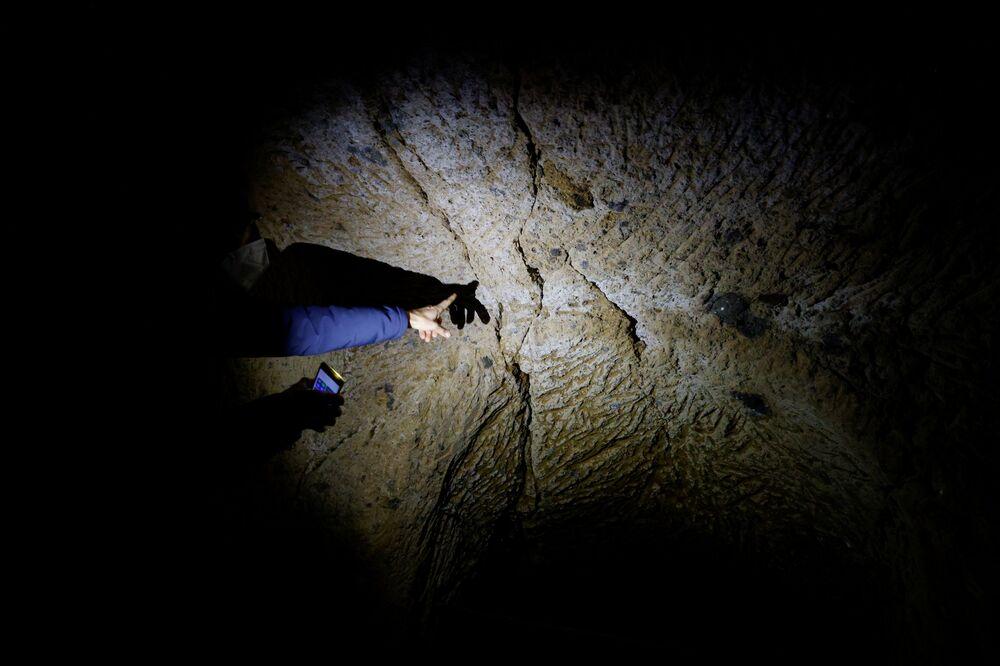 Il geologo Luca Costantini mostra le crepe nella roccia sulla quale si trova Civita di Bagnoregio