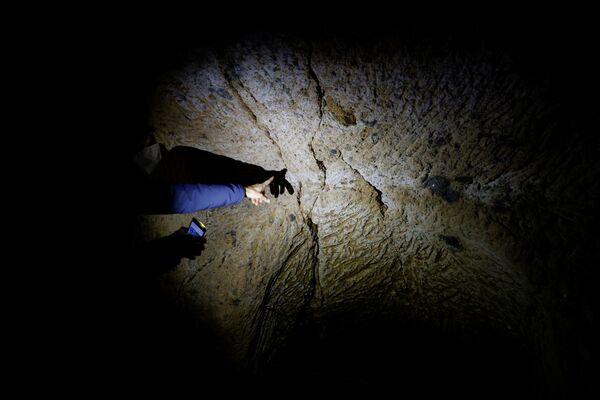 Il geologo Luca Costantini mostra le crepe nella roccia sulla quale si trova Civita di Bagnoregio - Sputnik Italia