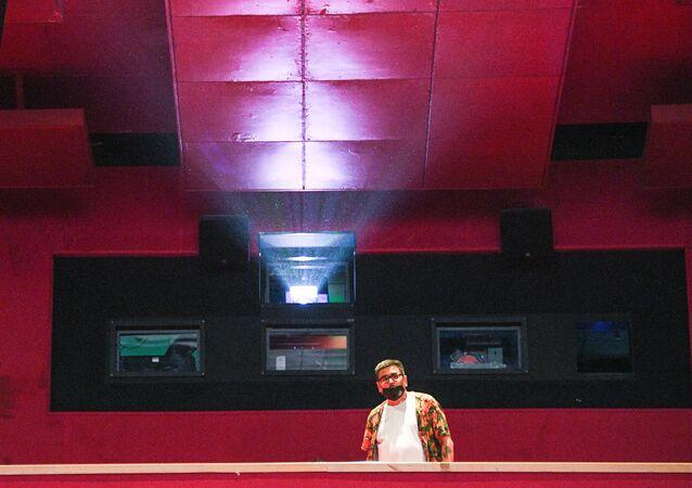 Proiettore in una sala del cinema