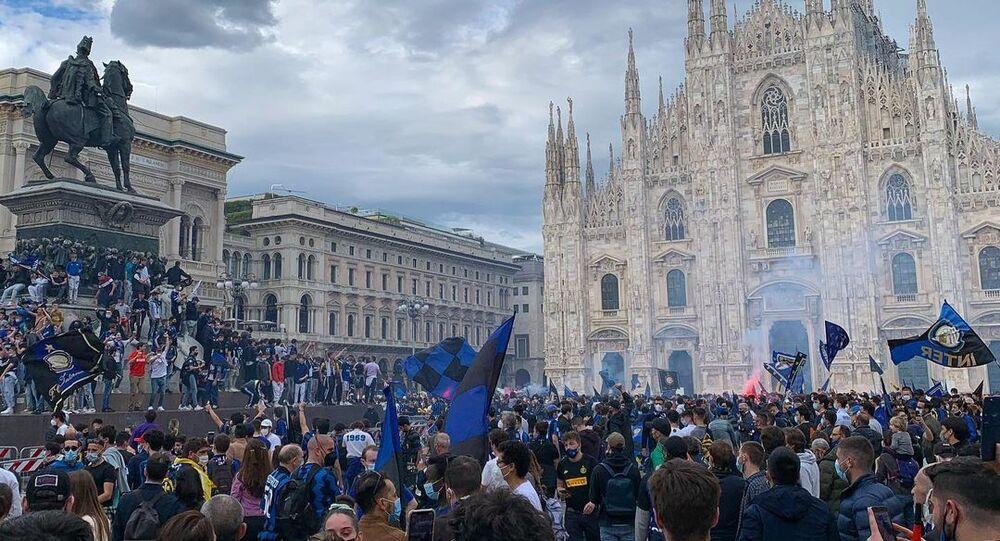 I tifosi interisti festeggiano lo scudetto in piazza Duomo