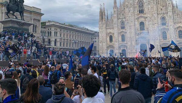 I tifosi interisti festeggiano lo scudetto in piazza Duomo - Sputnik Italia