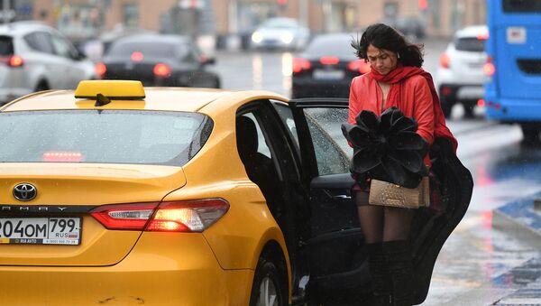 Ragazza vicino ad un taxi in Russia - Sputnik Italia