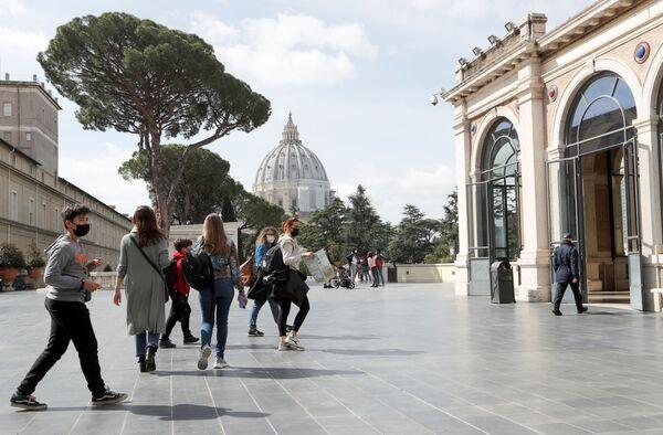 Le persone entrano nei Musei Vaticani il giorno della riapertura dopo settimane di chiusura - Sputnik Italia