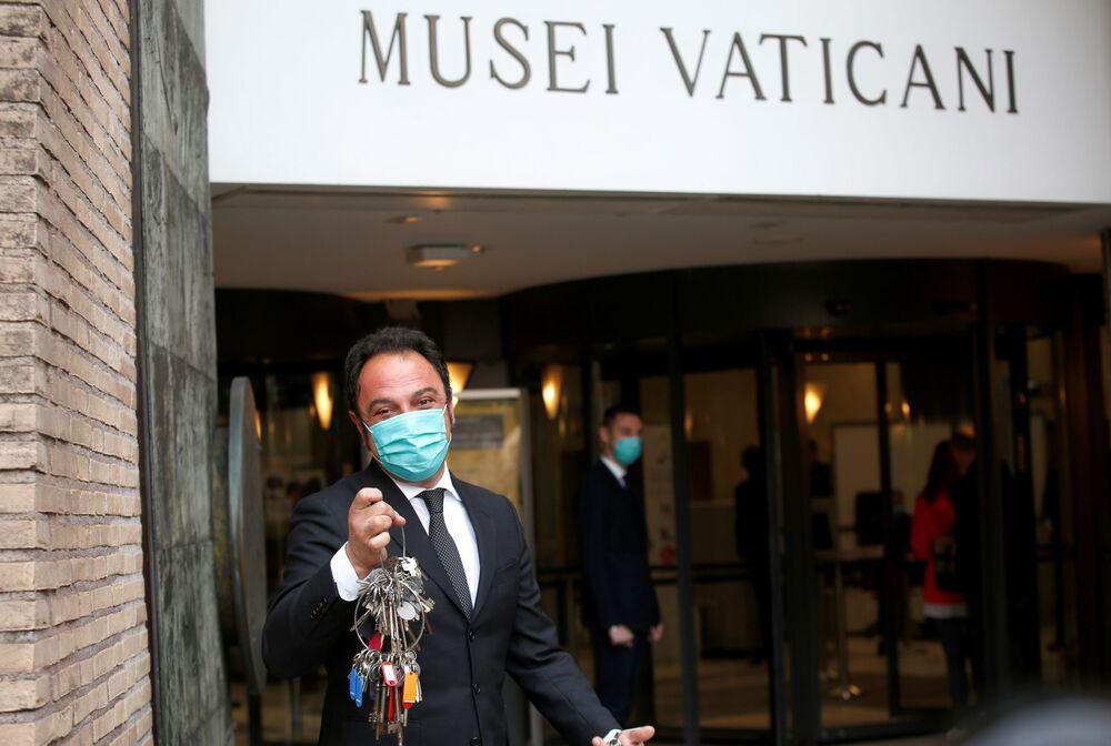 Gianni Crea mostra le chiavi dei Musei Vaticani dopo la riapertura