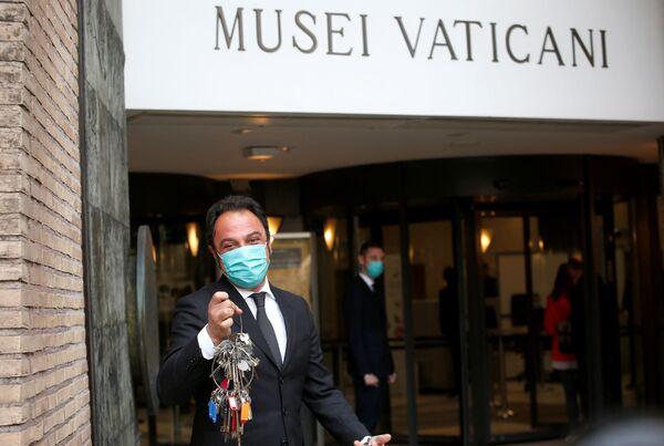 Gianni Crea mostra le chiavi dei Musei Vaticani dopo la riapertura - Sputnik Italia