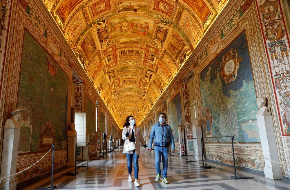 La gente visita i Musei Vaticani il giorno della riapertura dopo settimane di chiusura