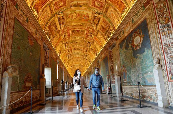La gente visita i Musei Vaticani il giorno della riapertura dopo settimane di chiusura - Sputnik Italia