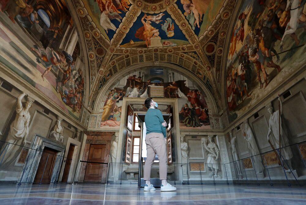 Una persona all'interno dei Musei Vaticani