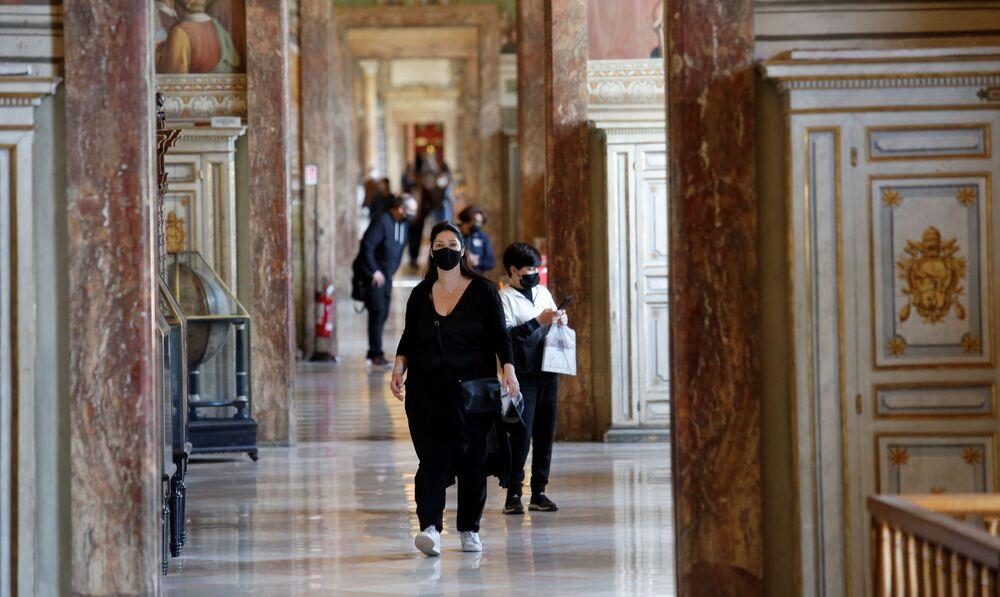 La gente visita i Musei Vaticani