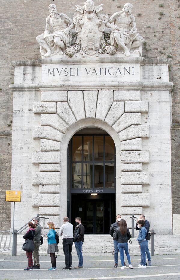 Le persone davanti ai Musei Vaticani il giorno della riapertura  - Sputnik Italia