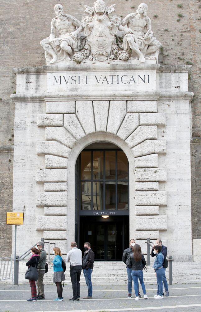 Le persone davanti ai Musei Vaticani il giorno della riapertura