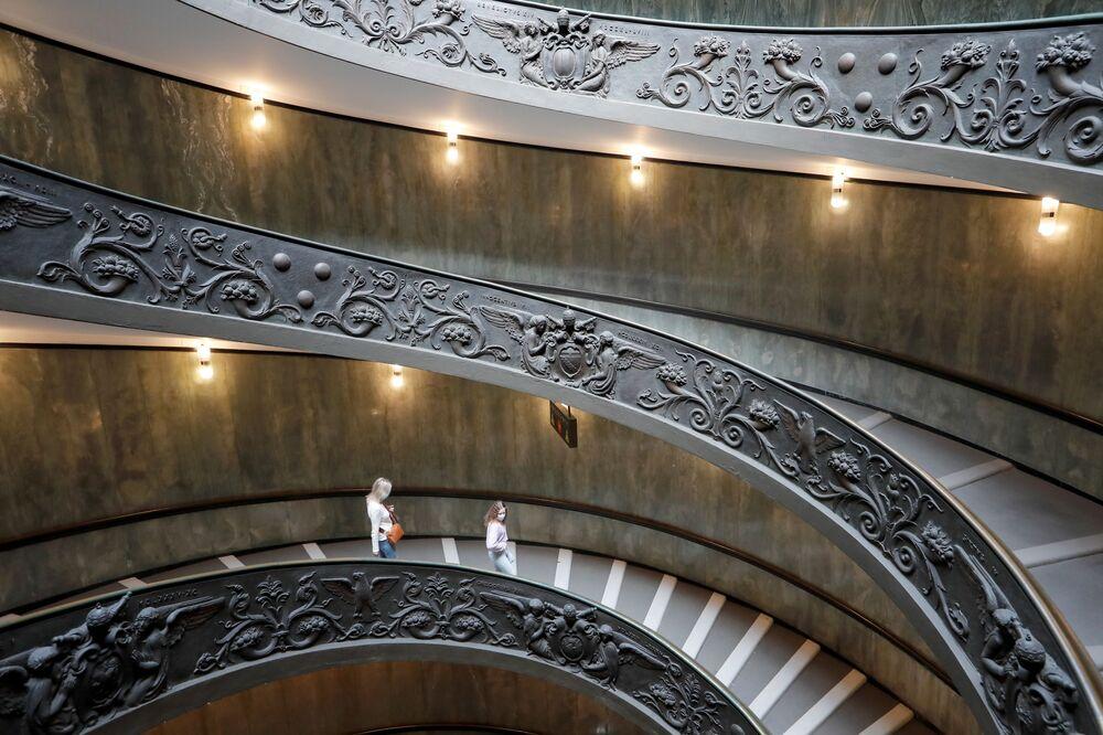Le persone visitano i Musei Vaticani il giorno della riapertura