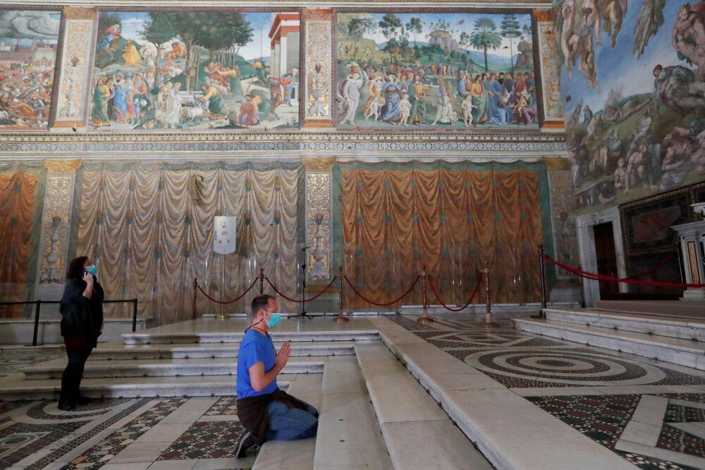 Le persone visitano la Cappella Sistina il giorno della riapertura