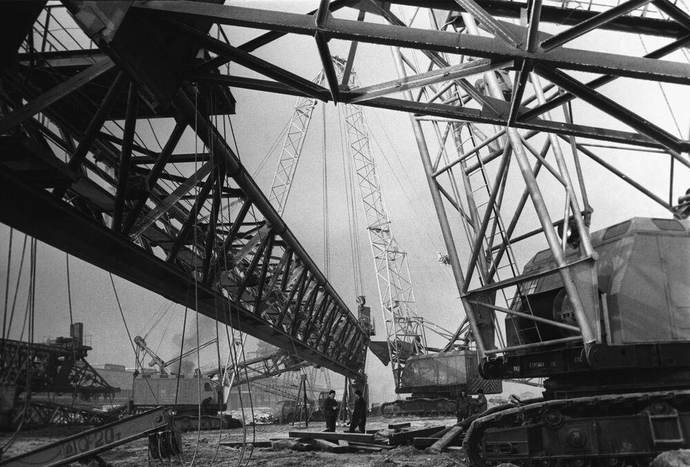 Costruzione dello stabilimento del VAZ (acronimo in russo di Stabilimento Automobilistico del Volga) nella città di Togliatti, 1969