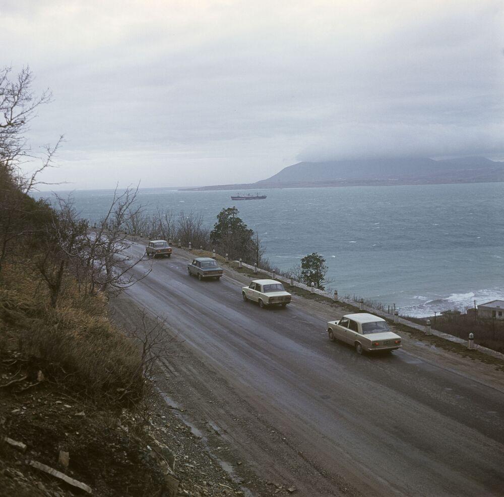 Auto Fiat 124 durante le prove su strada nella città di Krasnodar, 1968