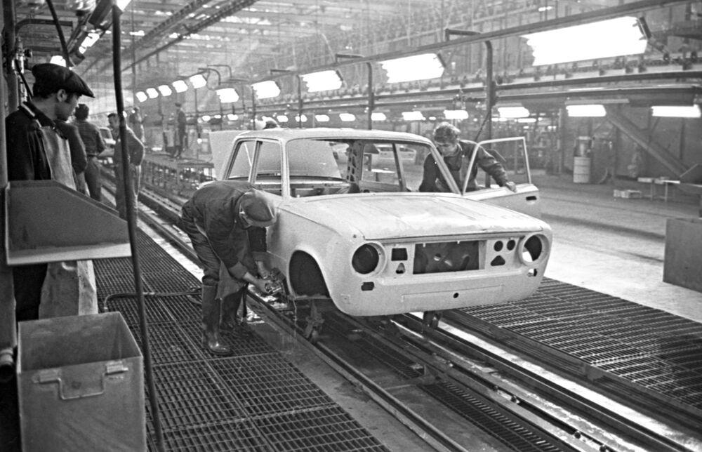 Una delle linee di produzione nello stabilimento del VAZ, 1970