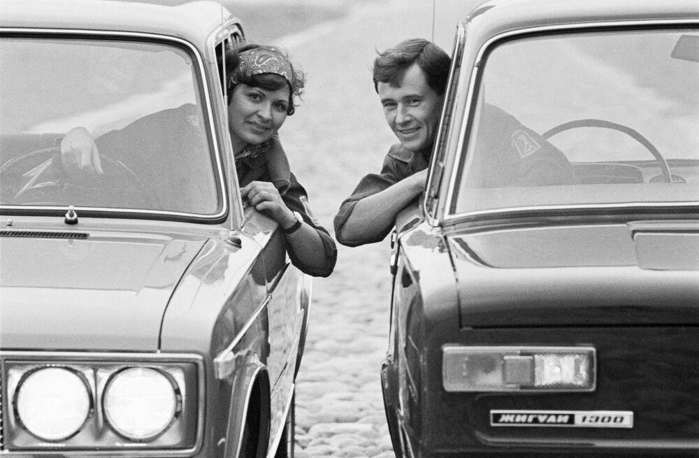 I ragazzi nelle macchine dello stabilimento del VAZ, 1971