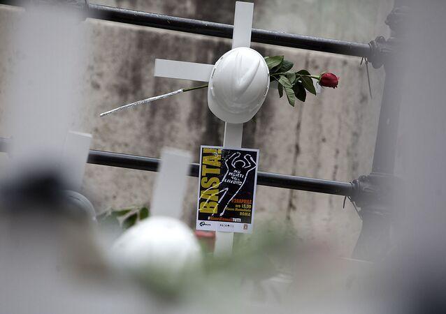 © Marco Merlini / CgilRoma 28 aprile 2016Piazza MontecitorioPresidio e flash mob unitario Fillea Cgil, Filca Cisl e Feneal Uil in occasione della Giornata mondiale per la sicurezza e la salute