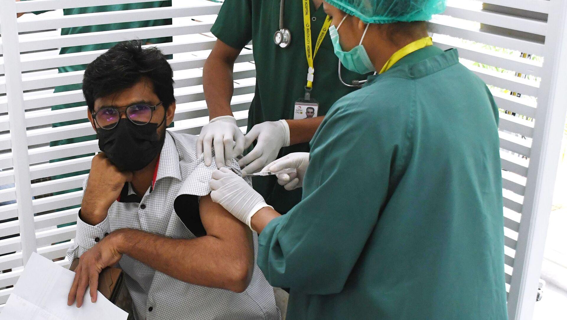 Un giovane viene vaccinato contro il Covid 19 - Sputnik Italia, 1920, 06.05.2021