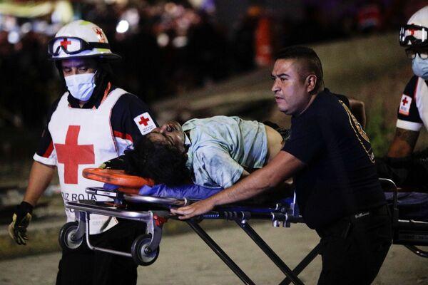 Soccorritori portano una vittima del crollo del ponte della metropolitana a Città del Messico - Sputnik Italia