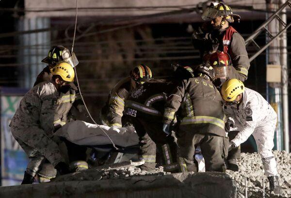 Soccorritori lavorano sul luogo del crollo del ponte della metropolitana - Sputnik Italia
