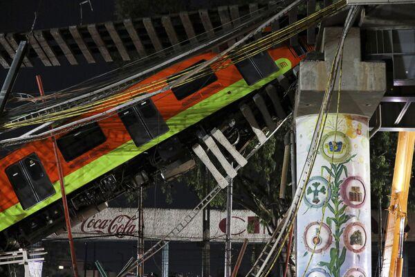 Un ponte sopraelevato della metropolitana cittadina situato tra le stazioni della Linea 12 di Tezonco e Olivoso è crollato  - Sputnik Italia