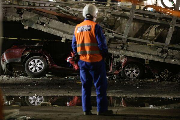 Un ponte sopraelevato della metropolitana cittadina è crollato durante il transito di un treno della metropolitana  - Sputnik Italia