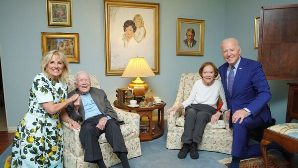 La foto di Joe Biden e sua moglie in visita alla famiglia dell'ex presidente degli Stati Uniti Jimmy Carter - Sputnik Italia
