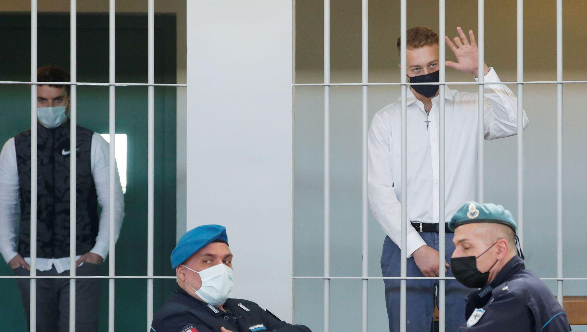 I cittadini statunitensi Finnegan Lee Elder (destra), e Gabriel Natale-Hjorth (sinistra), accusati di aver ucciso l'agente di polizia militare dei Carabinieri Mario Cerciello Rega, mentre attendono l'inizio dell'udienza finale, Roma, 5 maggio 2021. - Sputnik Italia, 1920, 06.05.2021