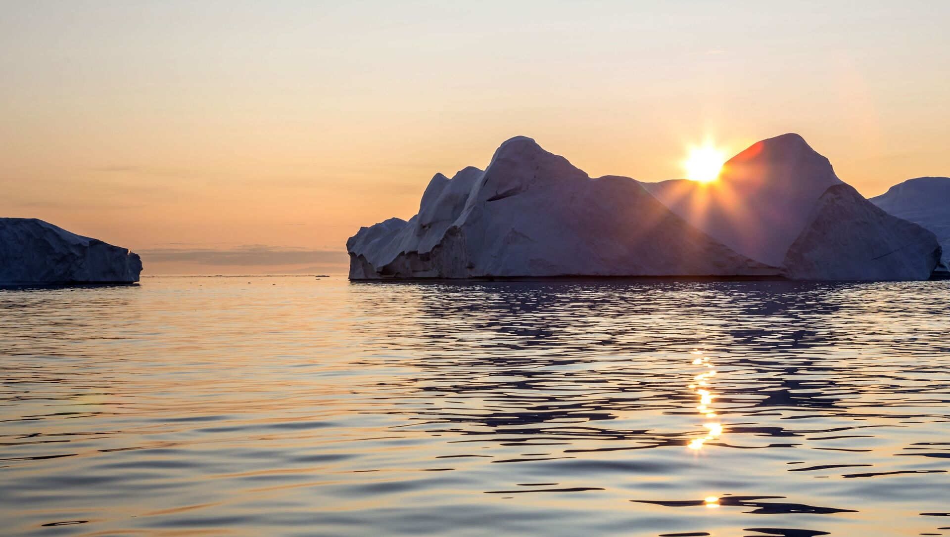 Айсберг в акватории острова Гренландия - Sputnik Italia, 1920, 06.05.2021