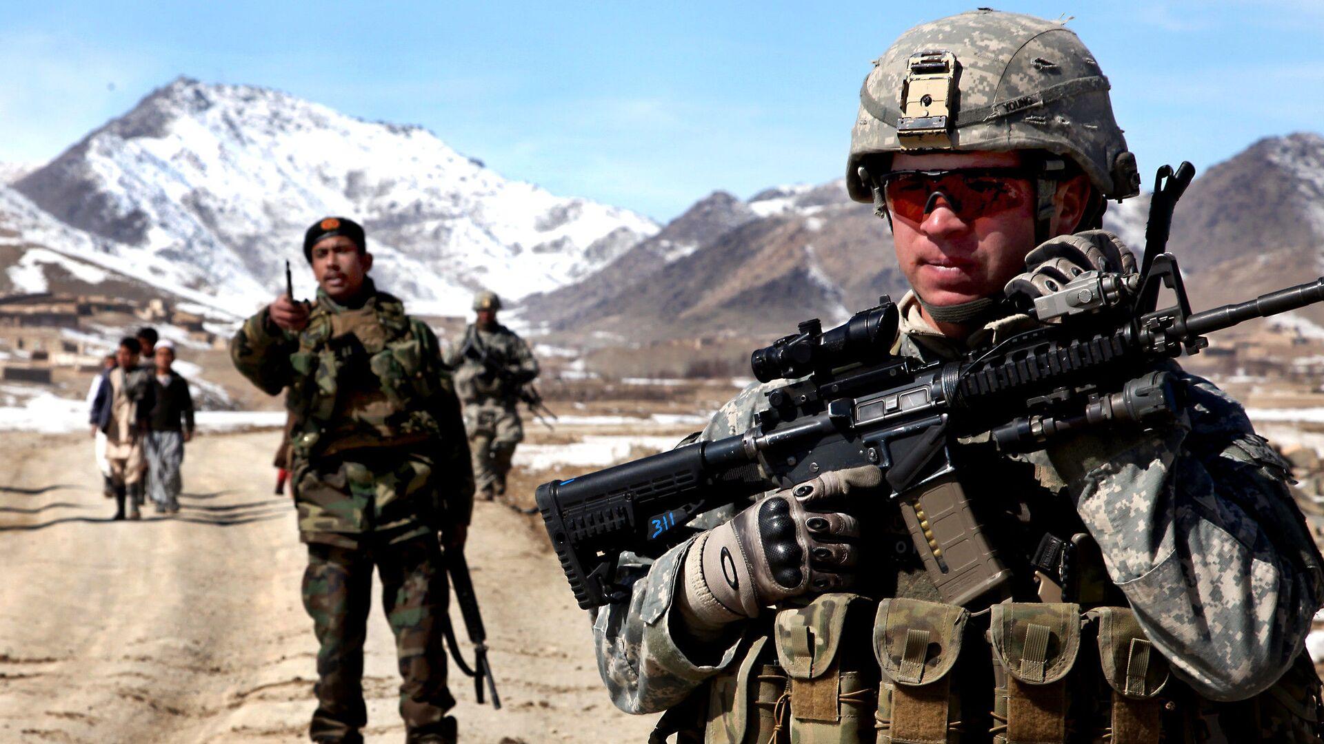 Un soldato dell'esercito degli Stati Uniti pattuglia con soldati afghani per verificare le condizioni nel villaggio di Yawez nella provincia di Wardak, Afghanistan, 17 febbraio 2010 - Sputnik Italia, 1920, 16.05.2021