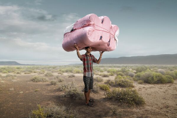 Una foto della serie Facchini del fotografo inglese Tom Price, premiato come fotografo dell'anno durante il concorso fotografico All About Photo Awards 2021 - Sputnik Italia