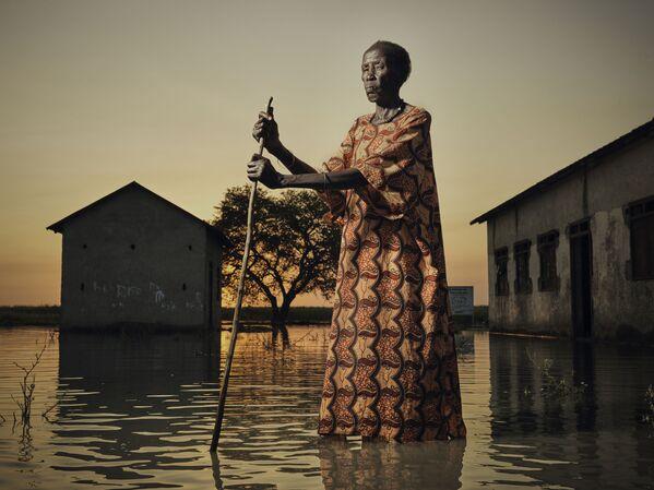 Una foto Ritratto di Nyakeak, che cammina attraverso le inondazioni del fotografo inglese Peter Caton, che è stata stimata nel concorso fotografico All About Photo Awards 2021 - Sputnik Italia