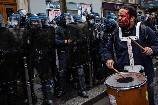 Una foto Manifestazione a Parigi contro la legge sulla sicurezza globale del fotografo francese Aurélien Morissard,  che è stata valutata nel concoro fotografico All About Photo Awards 2021 - Sputnik Italia