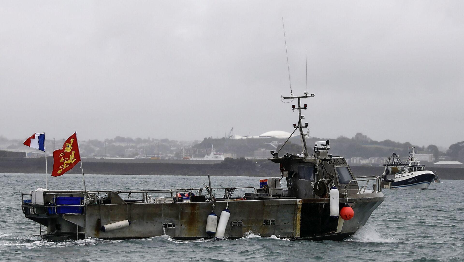 Un peschereccio francese, uno di tanti, partecipa a una protesta davanti al porto di Saint Helier al largo dell'isola britannica di Jersey per attirare l'attenzione su ciò che vedono come restrizioni ingiuste sulla loro capacità di pescare nelle acque del Regno Unito dopo la Brexit, il 6 maggio 2021 - Sputnik Italia, 1920, 07.05.2021