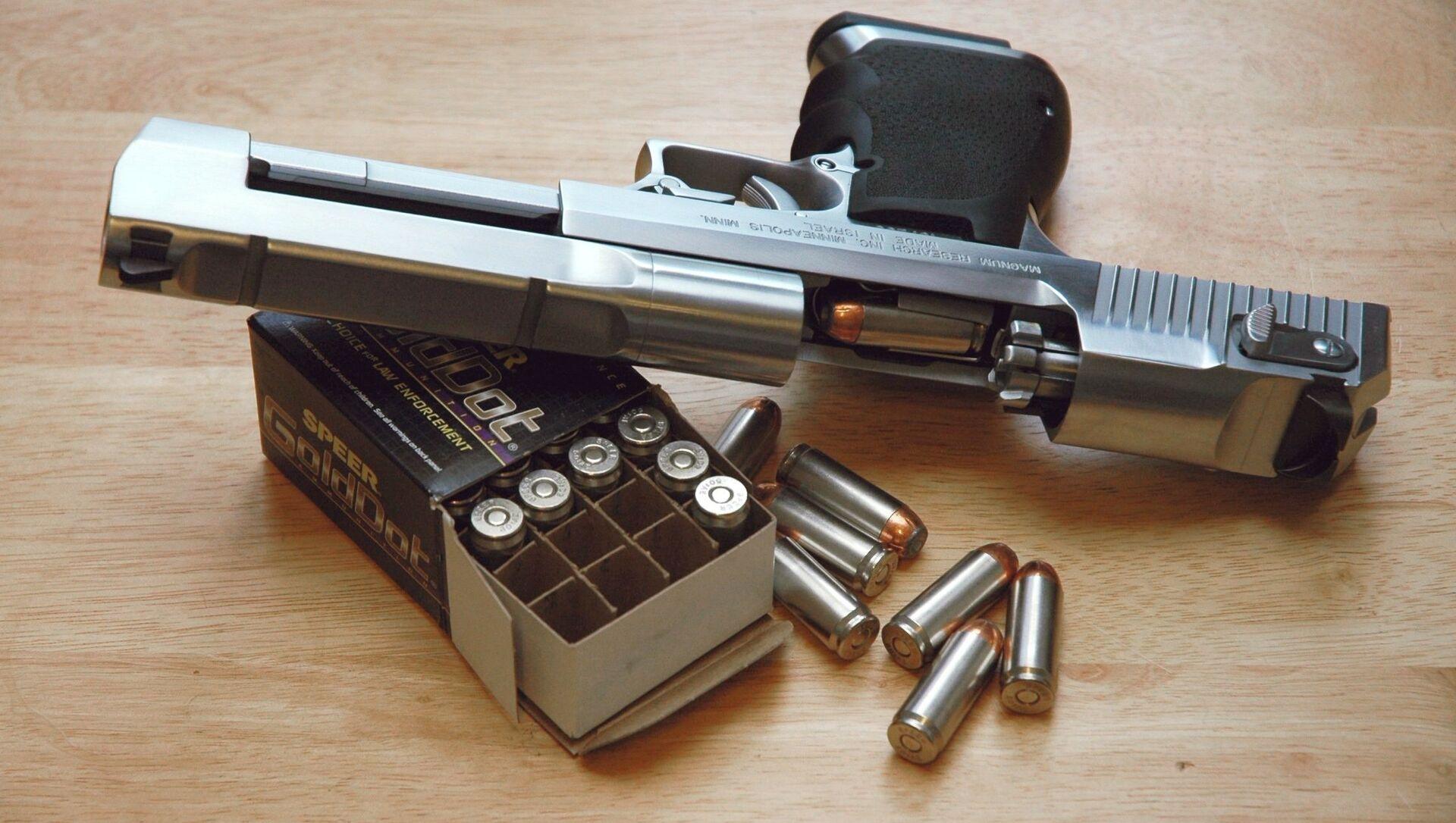 Пистолет Desert Eagle 50 AE с коробкой патронов - Sputnik Italia, 1920, 07.05.2021